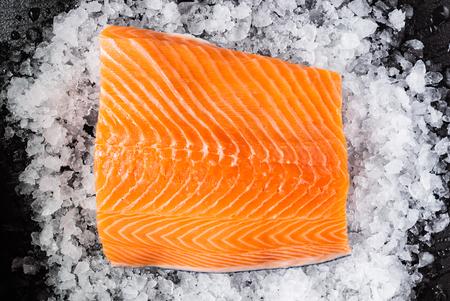 Photo pour Raw salmon filet on the ice - image libre de droit