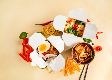 Photo pour Take-out noodle box - image libre de droit