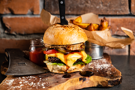 Foto de burger with baked potatoes - Imagen libre de derechos