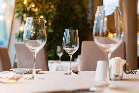 Photo pour Served dinner table in a restaurant. Restaurant interior - image libre de droit