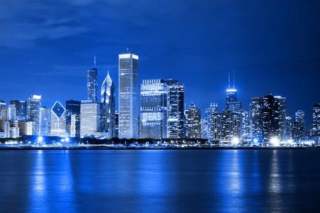 Photo pour Clouds at financial district (night view Chicago) - image libre de droit