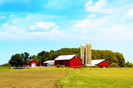 Photo pour American Countryside Red Farm With Blue Sky  - image libre de droit