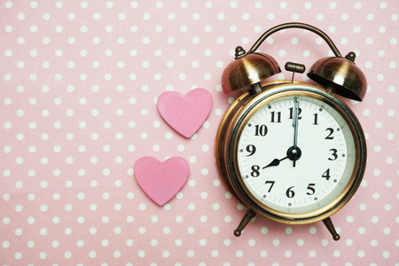 Photo pour Vintage Alarm Clock and Pink Heart with space copy on pink polka dot background - image libre de droit