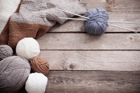 Photo pour Knitting and knitting needles on a wooden surface - image libre de droit