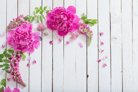 Foto de pink beautiful flowers on white wooden background - Imagen libre de derechos