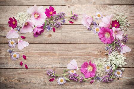 Photo pour summer flowers on old wooden background - image libre de droit
