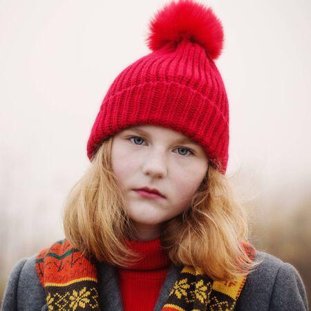 Photo pour blonde teenager girl in autumn field - image libre de droit