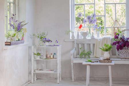 Photo pour white vintage interior with flowers - image libre de droit