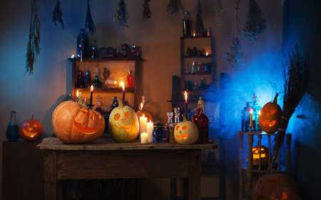 Foto de Halloween pumpkins and decoration indoor - Imagen libre de derechos