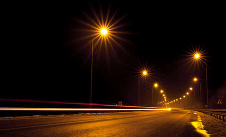 Foto de Night free highway outside the city. Photo in long exposure. Top view. - Imagen libre de derechos