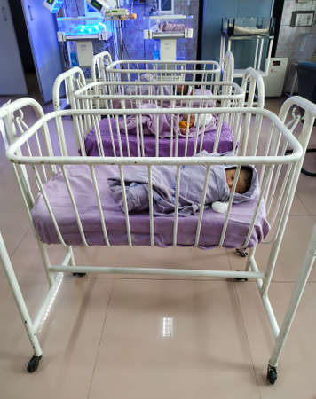 Foto de Delhi, India- 06 July 2020: Specially equipped room with newborn babies sleeping in incubators at Safdarjung hospital in New Delhi. - Imagen libre de derechos