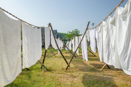 Photo pour Laundry drying on a rope in the yard in the sunlight. White bed sheets and towels drying in indian traditional laundry Dhobi Ghat in Fort Kochi - image libre de droit