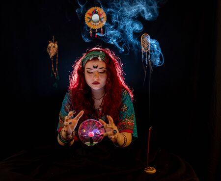 Photo pour Fortune teller lady  is telling about your future - image libre de droit