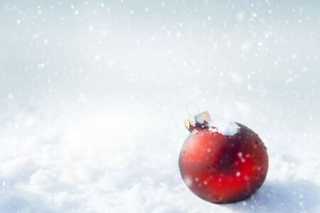 Photo pour Christmas red ball on white snow background - image libre de droit