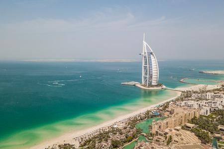 Photo pour Aerial view of Souk Madinat Jumeirah and Burj Al Arab - image libre de droit