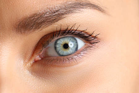 Photo pour Amazing female blue and green colored eye close-up - image libre de droit