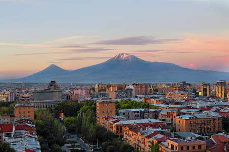 Photo pour Yerevan at the sunrise with the two peaks of the Mt Ararat, Armenia - image libre de droit