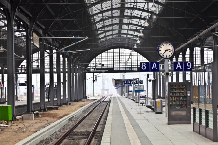 Photo pour classicistical railway station in Wiesbaden, Germany - image libre de droit