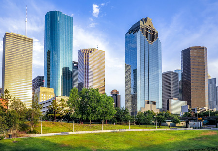 Foto de skyline of houston in bright sunset - Imagen libre de derechos