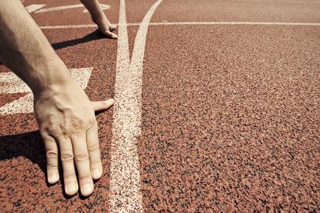 Photo pour Hands on starting line - image libre de droit