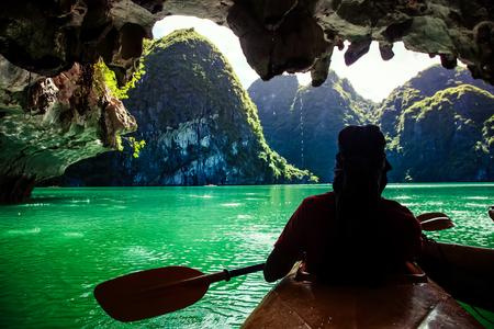 Photo pour kayaking among caves and lagoon in Ha Long bay - image libre de droit