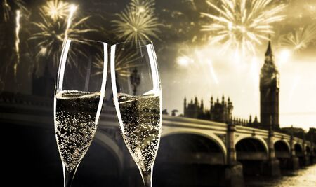 Photo pour celebrating new year's eve in the city - toasting with champagne glasses in front of Big Ben - image libre de droit