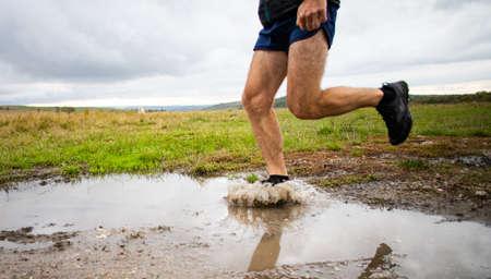 Foto de feet of trail runner running in nature - Imagen libre de derechos