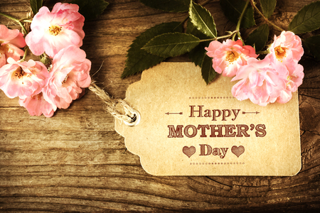 Photo pour Mothers day card with roses on wood background - image libre de droit