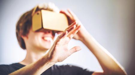 Photo pour Blond man using a virtual reality headset - image libre de droit