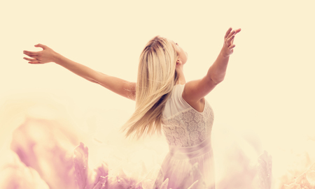 Photo pour Beautiful woman enjoying her freedom with arms open - image libre de droit