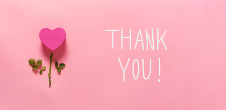 Foto de Thank you message with heart flower top view flat lay - Imagen libre de derechos