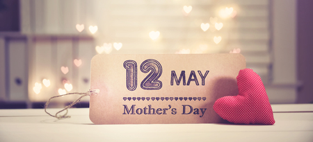 Photo pour Mothers Day message with a red heart with heart shaped lights - image libre de droit