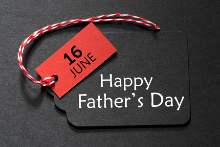 Photo pour Happy Fathers Day text on a black tag with red and white twine - image libre de droit