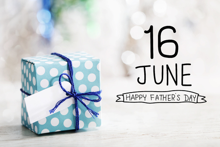 Photo pour 16 June Happy Fathers Day message with small handmade gift box - image libre de droit