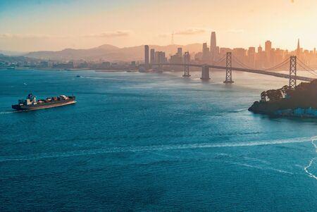 Photo pour Aerial view of the Bay Bridge in San Francisco, CA - image libre de droit