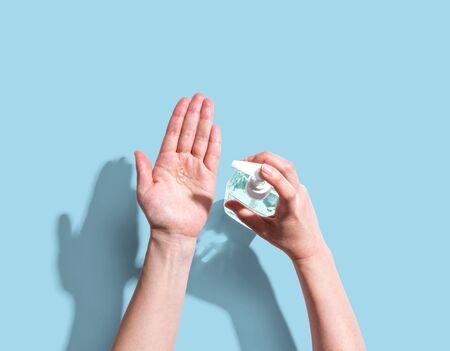 Photo pour Applying sanitizer gel - healthcare and hygiene concept - image libre de droit