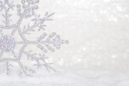 Photo pour Glitter Snowflake in snow - image libre de droit