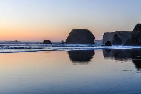 Photo pour The sun sets on a tranquil beach on the Oregon coast along the Pacific Coast Highway - image libre de droit
