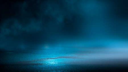 Photo pour Dark street wet asphalt reflections of rays in the water Abstract dark blue background smoke smog Empty dark scene neon light spotlights - image libre de droit
