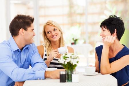 Foto de happy young man meeting mother in law with his wife - Imagen libre de derechos