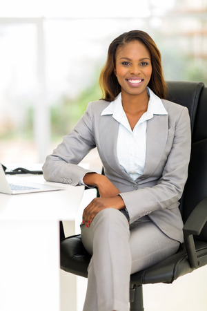 Photo pour attractive african female business executive in modern office - image libre de droit