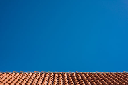 Photo pour Photo of Red tile roof with blue sky as background - image libre de droit