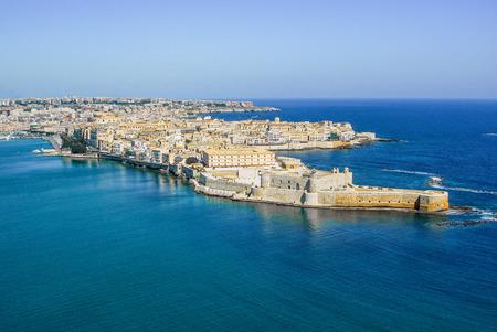 Photo pour Coastline town Syracuse Sicily and old Ortigia island - image libre de droit