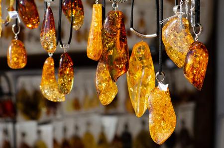 Photo pour Amber necklace. Amber of different colors and sizes. Exposition of stones for tourists, souvenirs - image libre de droit