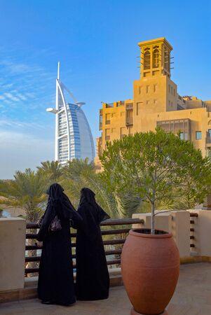 Photo pour Madinat Jumeirah and Burj-El-Arab - image libre de droit
