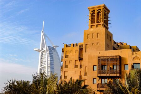 Photo pour Madinat Jumeirah and Burj-El-Arab in Dubai - image libre de droit