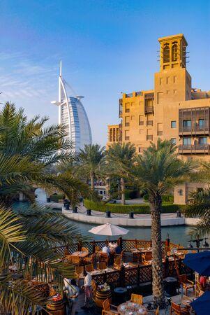 Photo pour Madinat Jumeirah and the Burj-El-Arab, Dubai - image libre de droit