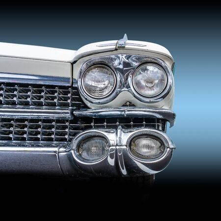 Photo pour Front view of a classic american retro car. Clearly visible is the shiny chrome and the large headlights, an impressive sight this muscle car - image libre de droit