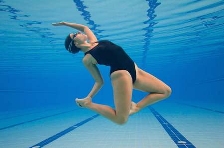 Photo pour Modern dancer performing underwater in a large swimming pool . Post processed, grain added - image libre de droit