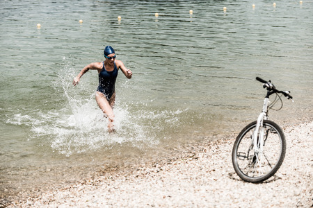 Photo pour Female rushing out of water in triathlon tarining - image libre de droit